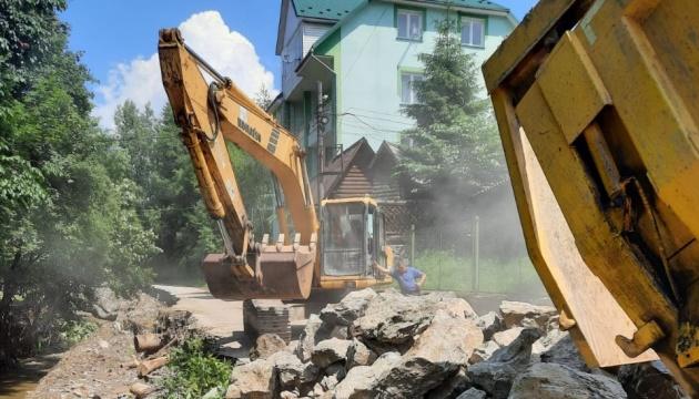 Разрушенную паводком дорогу на Закарпатье восстанавливают круглосуточно