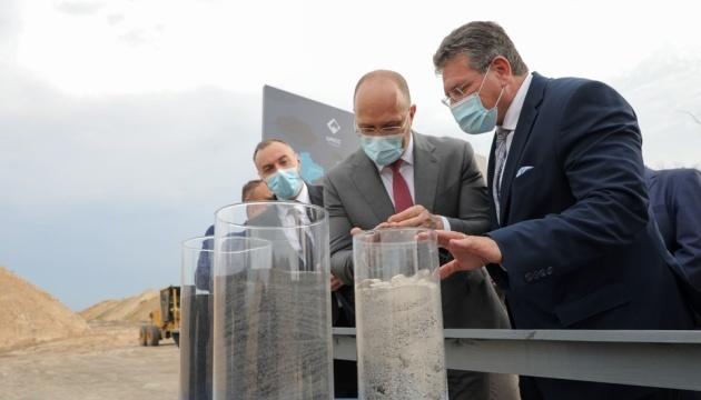 Shmygal y Šefčovič visitan la planta de procesamiento y minería en la región de Zhytomyr