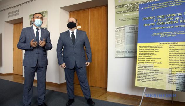 У Кабміні відкрили виставку про історію української дипломатії