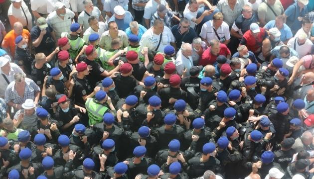 Військові пенсіонери прорвали огорожу біля Ради і штурмують вже другий під'їзд