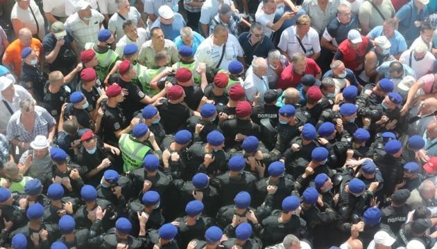 Militärrentner stürmen Parlament