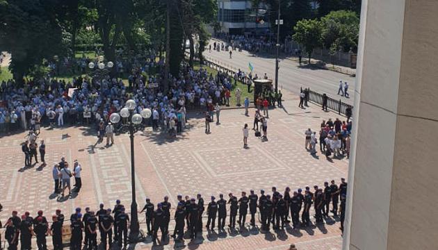 Мітингувальники відступили - навколо Ради знову встановили огорожу