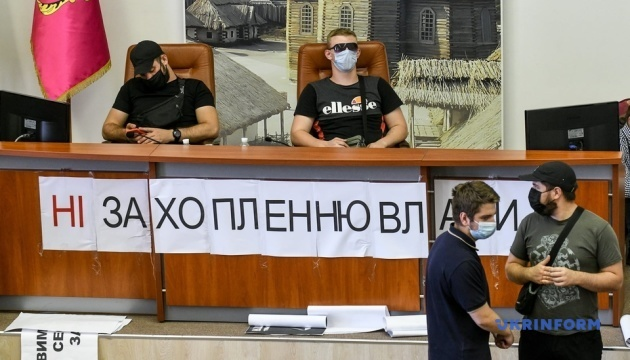 В Запорожье сессию горсовета заблокировали «спортивные молодчики»
