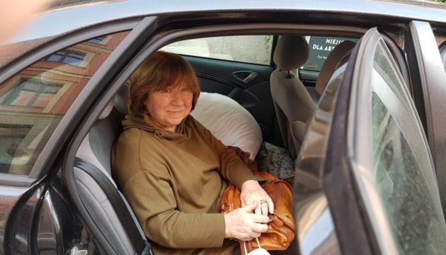 Алексієвич не змогла вилетіти з Берліна, в її речах шукали бомбу