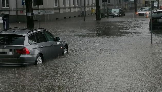 У Польщі вирує негода - затоплені вулиці, зірвані дахи, тисячі людей без світла