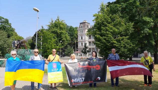 Українські активісти Латвії згадали про трагедію МН17 біля посольств Нідерландів і РФ