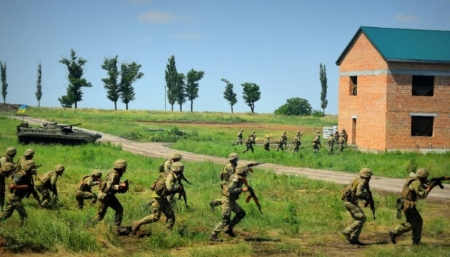 Militares ucranianos y británicos practican el