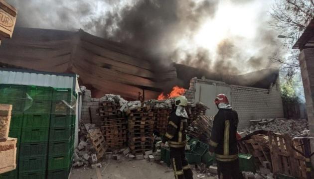 Масштабну пожежу на складах у Києві гасили понад три години