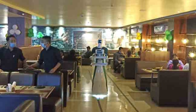 В Индии разработали робота-официанта, развлекающего клиентов
