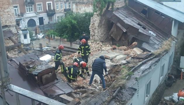 Во Львове обрушилась стена дома, под завалами нашли тело мужчины