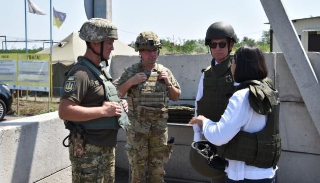 Delegación danesa visita el puesto de control Zolote en el este de Ucrania
