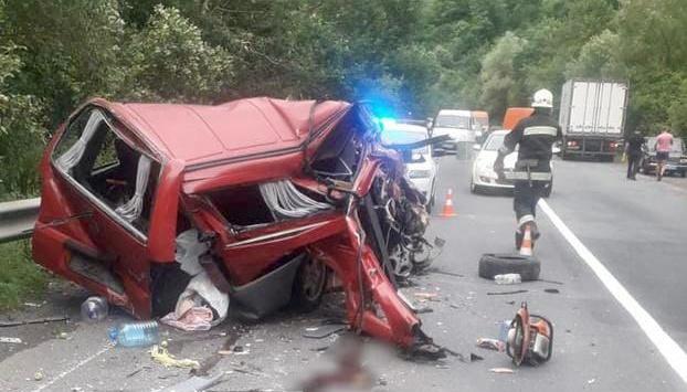 На Закарпатье Mercedes Vito столкнулся с грузовиком, среди пострадавших - дети