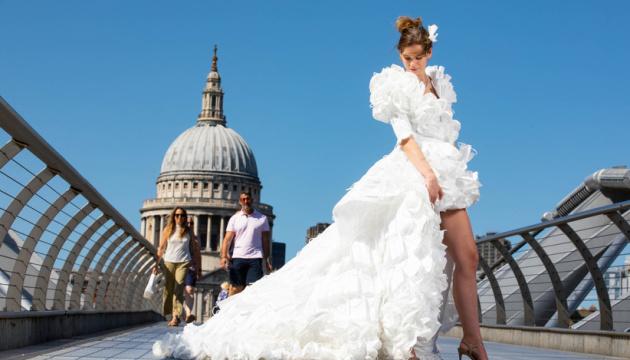 У Британії зшили весільну сукню з медичних масок