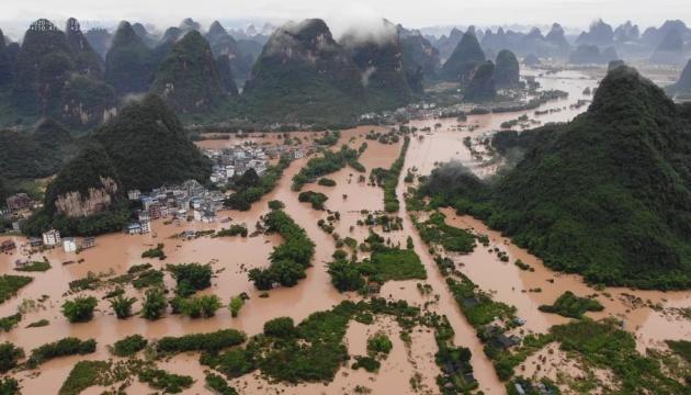 У китайській провінції Хенань масштабні повені затопили дороги та метро