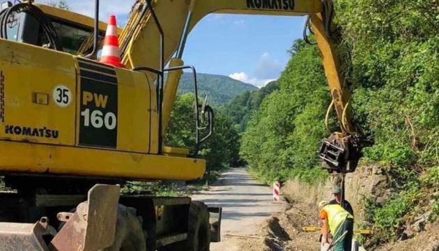 На Закарпатті ремонтують дорогу до топових туристичних об'єктів регіону