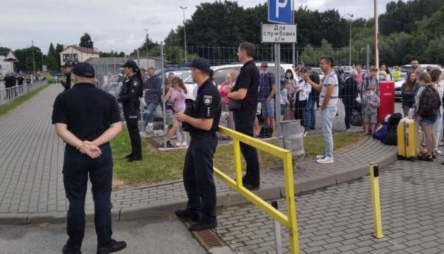 З аеропорту Львова евакуюють людей через «замінування» - фото