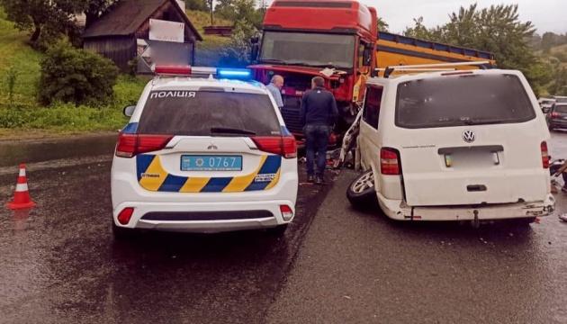 На Прикарпатье микроавтобус попал в ДТП, среди пострадавших - шестеро детей