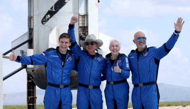 Мільярдер Безос обійшов мільярдера Бренсона у космічних перегонах