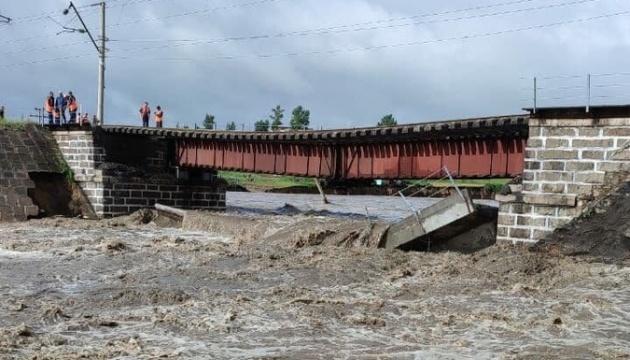 На Транссибі у Росії дощі «змили» залізничний міст