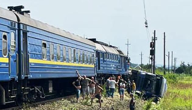 In Transkarpatien Zug einen Lastwagen angefahren: 3 Menschen verletzt, mehr als 220 evakuiert