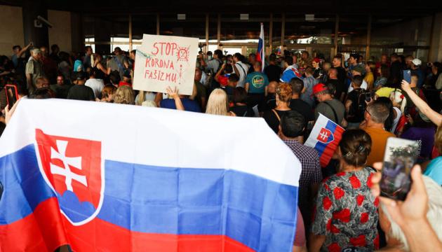 У Словаччині противники вакцинації намагалися штурмувати парламент