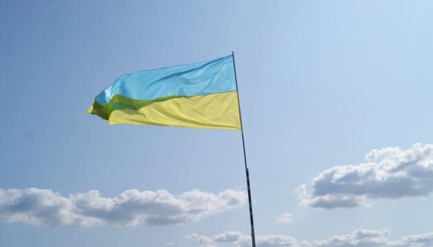 В Лисичанске к седьмой годовщине освобождения подняли флаг Украины на самом высоком терриконе