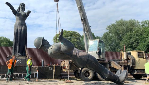 Во Львове демонтировали центральную скульптурную группу советского монумента славы