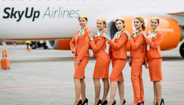 Замість туфель кросівки і макіяж в тонах небес: SkyUp змінює імідж стюардес