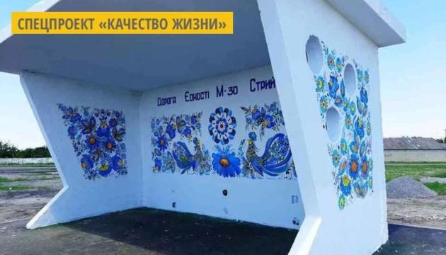 На Днепропетровщине мастера разрисовывают автобусные остановки петриковской росписью