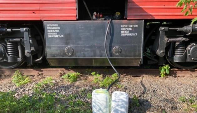 Работники Укрзализныци ежемесячно «зарабатывали», сливая до 30 тонн горючего