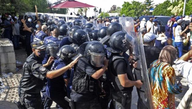 Сутички в Тунісі: силовики увірвались до офісу Al Jazeera та прогнали журналістів