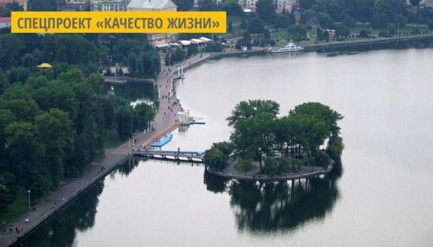 В Тернополе озеро очистили искусственно заселенные водоросли