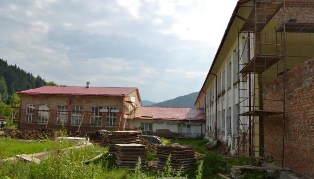 На Прикарпатті реконструюють школу