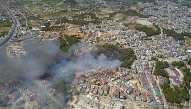 В Анталии вспыхнул масштабный лесной пожар – эвакуировали пять населенных пунктов