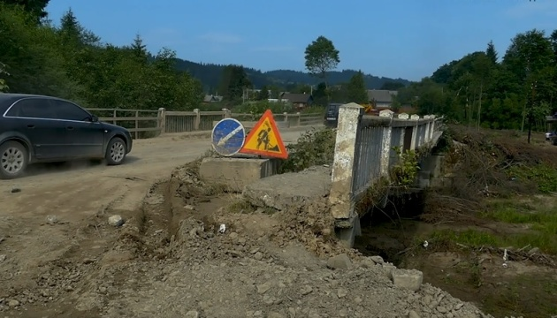 На Буковині ремонтують дорогу до кордону з Румунією