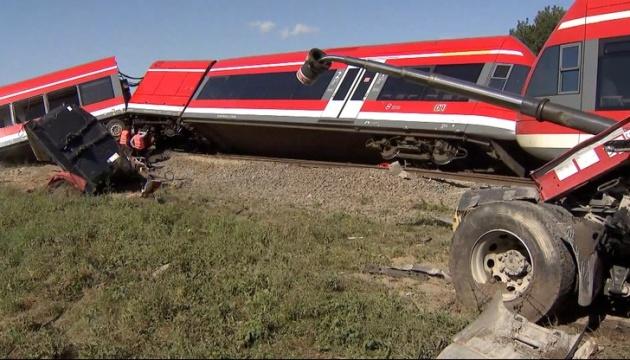 В Польше поезд столкнулся с грузовиком и сошел с рельсов