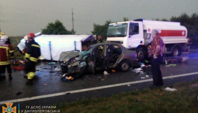 На Дніпропетровщині зіткнулись легковики, мікроавтобус та вантажівка – є загиблий
