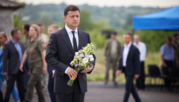 ゼレンシキー大統領、東部アウジーウカで戦死した軍人を追悼