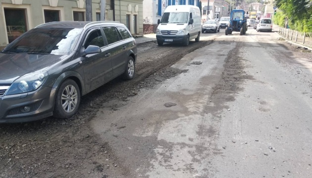У Чернівцях після вчорашньої зливи утворилися провалля на дорогах