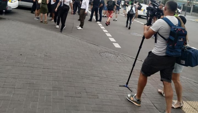 Противники прайду блокували виїзд транспорту ЛГБТ з-під Офісу Президента