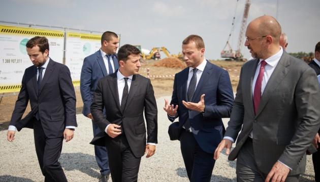 Зеленський перевірив будівництво доріг та лікарні на Донеччині