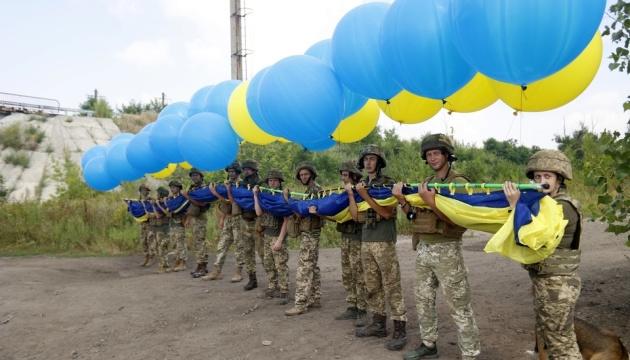 У небо над Авдіївкою в бік Донецька підняли прапор України