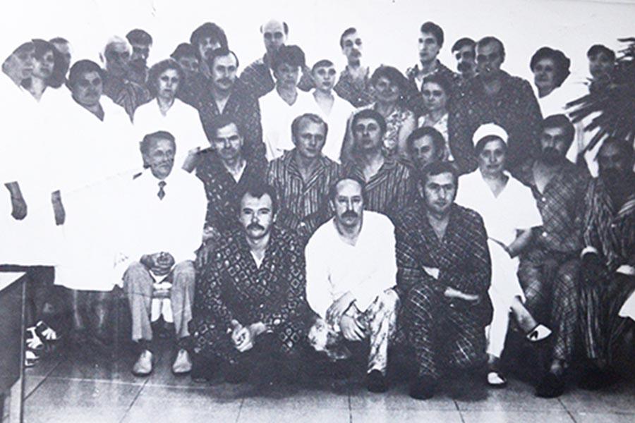 Леонід Кіндзельський (сидить крайній зліва) з врятованими чорнобильцями