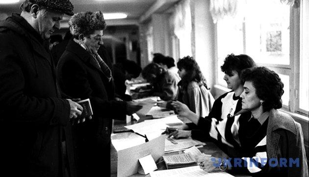 На фото: Виборці отримують бюлетені на виборчій дільниці під час голосування на Всенародному референдумі і виборах Президента України. 1 грудня 1991 року. Із фондів Укрінформу.