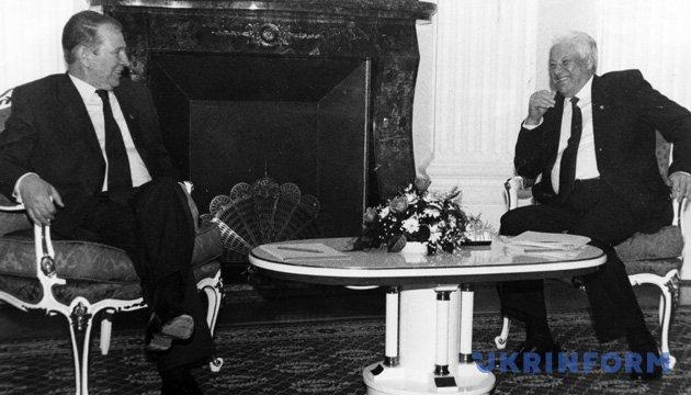 На фото: Президент Російської Федерації Борис Єльцин (праворуч) та Президент України Леонід Кучма під час зустрічі. Із фондів Укрінформу.