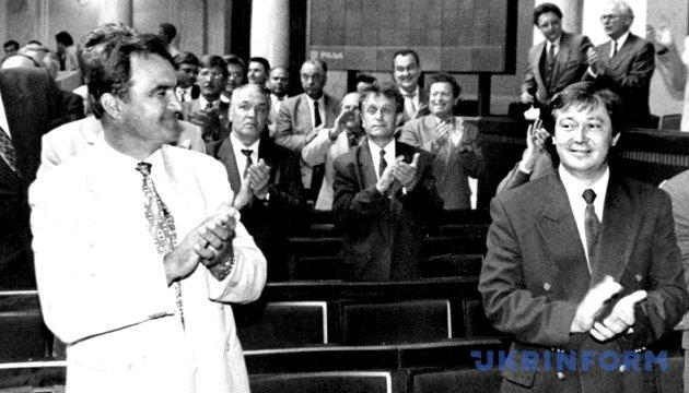 На фото: Тільки-но на табло з'явилася цифра, що засвідчила волю конституційної більшості, як зала встала і зааплодувала. Не розділили цієї радості лише комуністи. 28 червня 1996 року. Київ. Із фондів Укрінформу
