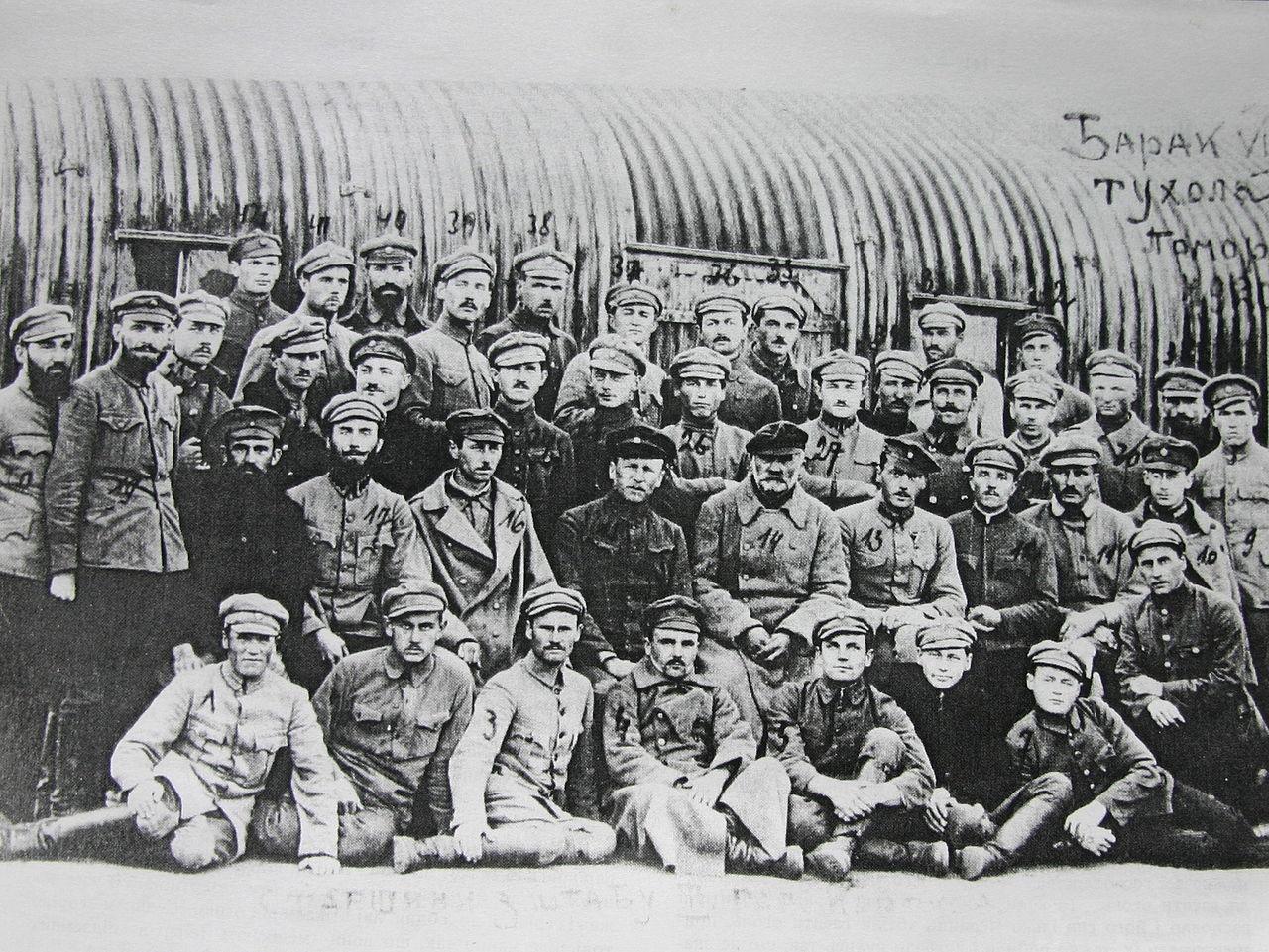 Старшины штаба III-го корпуса УГА в лагере военнопленных в г. Тухоля, Польша, 1920 г. В центре сидят: 13 - атаман Вильгельм Лобковец, 14 - генерал Мирон Тарнавский, 15 - сотник Петр Биґус