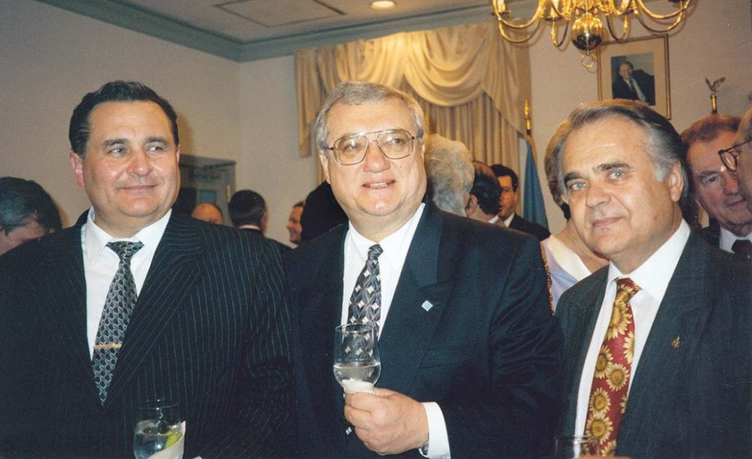 Прем'єр-міністр України Євген Марчук, Посол України в США Юрій Щербак та д-р Богдан Футей, вересень 1995. (Фото: Посольство України в США)