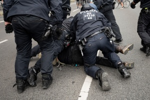 В Берлине задержали почти 600 участников антикарантинной демонтрации