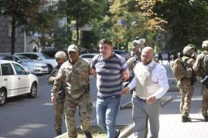 Чоловіка з гранатою вивели з будівлі Кабміну